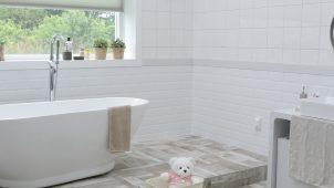 płytki wiszące na ścianie łazienki