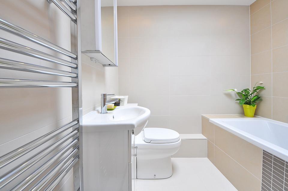 biała półka łazienkowa